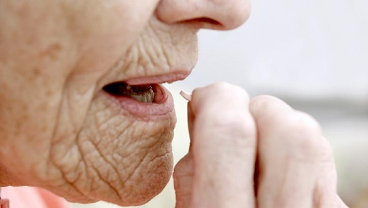 При болезни Альцгеймера прием нейролептиков повышает риск черепно-мозговых травм