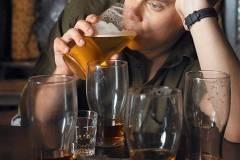 Неимущие мужчины пьют больше женщин