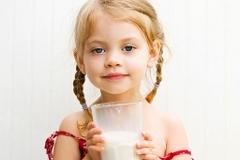 Детям полезно сырое молоко?